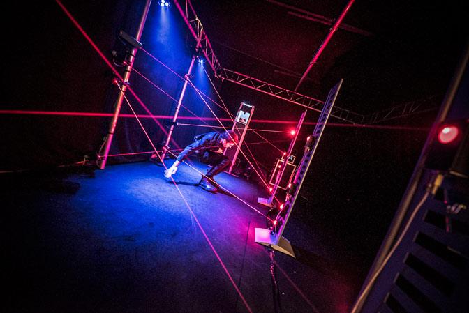 Spieler durchquert das Eventmodul Laser Labyrinth