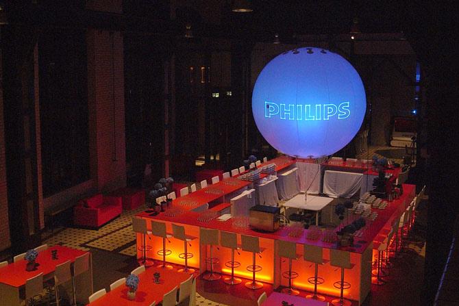 XXL Leuchtballon über einem Tresen zur Dekoration