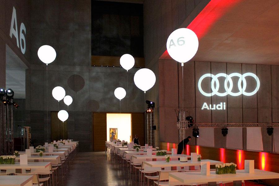 Leuchtballons als Tischdeko mit Logo-Branding